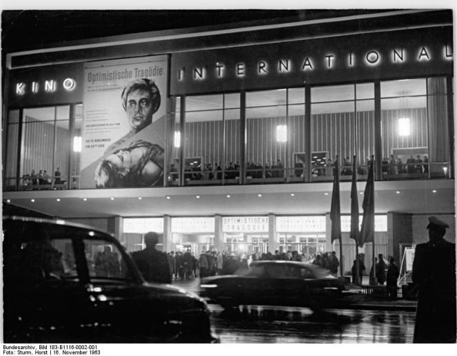 "Berlin, Kino ""International"", Nacht"