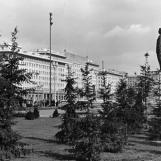 A sportpalotával szemben felállított Sztálin-szobor / Kép forrása: Fortepan - adományozó: Geréb Anna