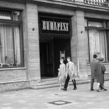 A Budapest étterem bejárata / Kép forrása: Fortepan - adományozó: Nagy Gyula